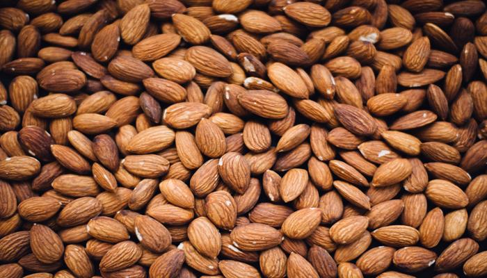 Diversas unidades de amêndoas. Amêndoas são uma excelente fonte de proteínas,gorduras boas, vitaminas e mineira.