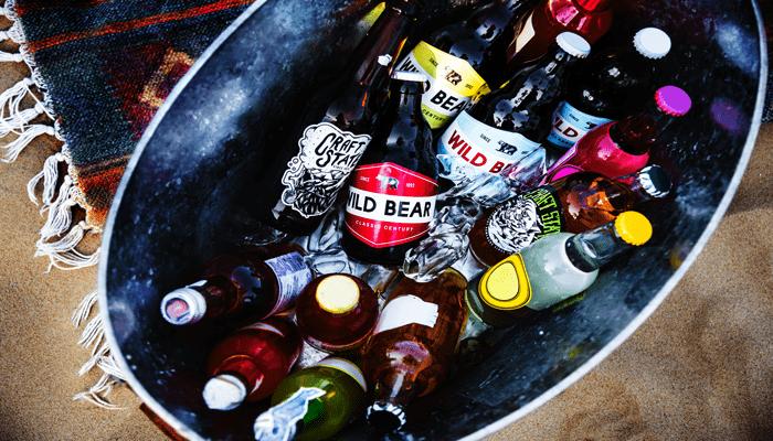 Balde com bebidas alcoólicas. Evite consumir álcool para ter uma barriga chapada.
