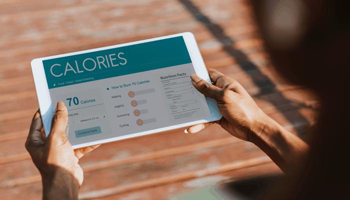 Contanto calorias dos alimentos no tablet. Tenha uma dieta em deficit calórico para perder peso e ter um abdômen tanquinho.