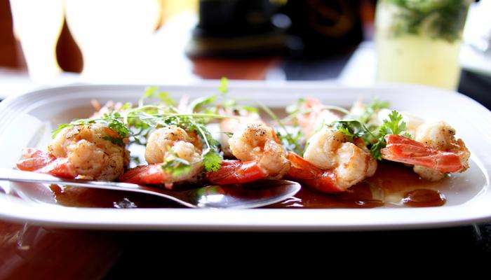 Camarão servido em um prato. Camarão é rico em proteínas.