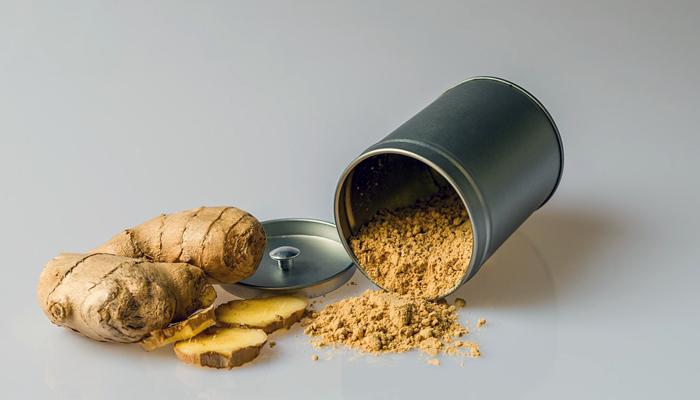 O gengibre, além de ser um alimento termogênico, capaz de acelerar o metabolismo, é rico em antioxidantes que promovem suas propriedades medicinais.