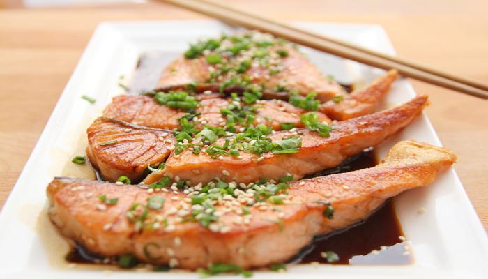 Peixes prontos em um prato quadrangular, ricos em proteínas.