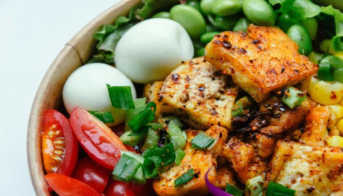 Tofu na tigela, semelhante ao queijo.